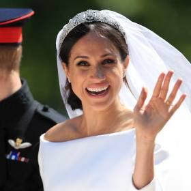 """Meghan Markle wzorowała suknię ślubną na kreacji Jennifer Lopez z filmu """"Powiedz tak""""?"""