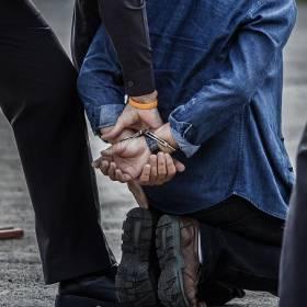 Nie chciał iść do więzienia, więc schował się do wersalki. Czy umknął policji? Nie...
