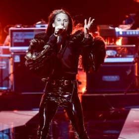 Niesamowity występ Michała Szpaka w Sopocie! Wokalista oddał hołd Korze