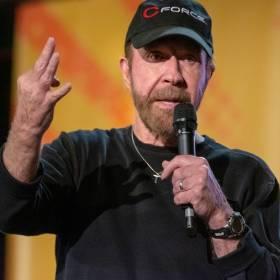 Chuck Norris pozdrowił Jurka Owsiaka i WOŚP. To nagranie to hit! [WIDEO]
