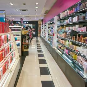 Sephora i Rossmann zamykają sklepy i rozdają kosmetyki za darmo? Sieci wydały oświadczenia