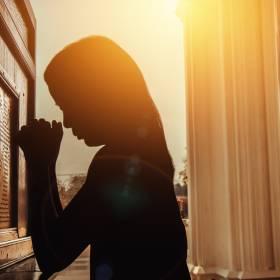 Ksiądz z Warszawy spowiada wiernych przez okno w pustelni. Zamontowano folię, która ma chronić przed zarażeniem