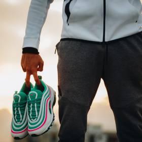 Jakiego koloru są te buty? Błękitno szare czy różowo białe
