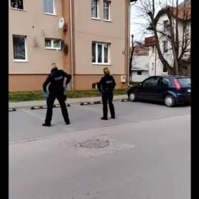 Polscy policjanci tańczą pod oknami osób objętych kwarantanną! Film z ich występu robi furorę w sieci!