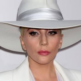 Lady Gaga razem z fanem spadli ze sceny! Widownia zamarła [WIDEO]