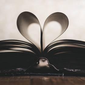 Książki romanse, a może poradniki - jak wybrać książki na prezent?