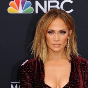 Jennifer Lopez po 19 latach w tej samej kreacji! Piosenkarka przeszła po wybiegu na pokazie mody Versace!