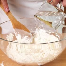 Klej z mąki. Potrzebne składniki, sposób przygotowania. Jak go zrobić?