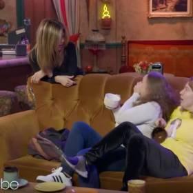 """Jennifer Aniston zaskoczyła turystów podczas wycieczki! Wyskakiwała zza kanapy, by przestraszyć fanów """"Przyjaciół""""!"""