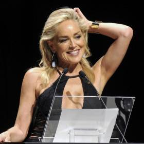 Sharon Stone na nagraniu w czarnym body i kabaretkach. 63-letnia gwiazda zachwyca figurą