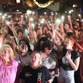 """Fani w hołdzie Dolores O'Riordan: 500 przypadkowych osób zaśpiewało w pubie """"Zombie""""! [WIDEO]"""