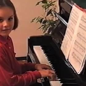 """Takiej jej nie znaliście! Ewa Farna jako mała dziewczynka w teledysku """"Bumerang"""""""