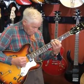Staruszek w sklepie muzycznym pokazał, co potrafi! [WIDEO]