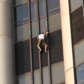 """Polski """"Spider-Man"""" wspiął się na wieżowiec we Francji. Pokonał ponad 200 metrów bez zabezpieczenia"""
