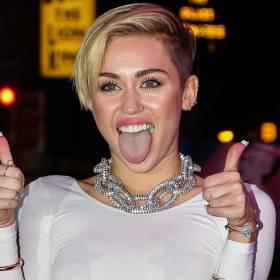 Miley Cyrus śpiewa przeboje zespołu Queen! Zaskakujące covery robią furorę w sieci [WIDEO]