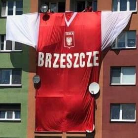 Gigantyczna koszulka kibica w Brzeszczach! Pokrywa cały blok!