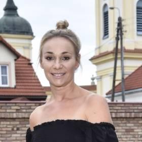 """Sonia Bohosiewicz wchodzi na palmę w samym bikini. """"Na pochyłe drzewo każda koza skacze"""" [WIDEO]"""