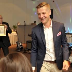 Rafał Mroczek spędził wakacje bez swojej narzeczonej. Czy to kryzys w ich związku?