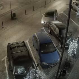 Brawurowy rajd po rynku. Kierowca taranuje kilka samochodów i ucieka [WIDEO]