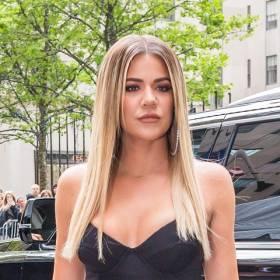 Khloe Kardashian nie przestaje intrygować! Celebrytka promuje buty, odsłaniając pośladki