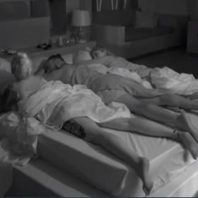 """""""Hotel Paradise 3"""". Troje uczestników w jednym łóżku. Do programu doszło dwóch uczestników"""