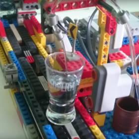 Maszyna do nalewania wódki z klocków Lego – sylwestrowy must have