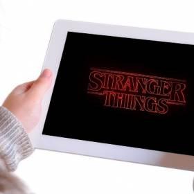 """Reżyser Charlie Kessler złożył pozew przeciwko twórcom """"Stranger Things""""! Hit Netflixu to plagiat?!"""