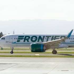 Pijany pasażer samolotu był agresywny w stosunku do załogi. Został przyklejony taśmą do siedzenia [WIDEO]